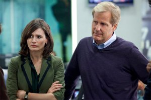 Emily-Mortimer-and-Jeff-Daniels-in-THE-NEWSROOM-Episode-1.01-Pilot